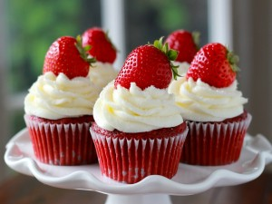 Deliciosos cupcakes decorados con una fresa