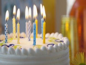Postal: Velas sobre una tarta de cumpleaños