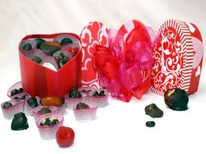 Bombones en una caja con forma de corazón para San Valentín