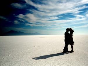 Postal: Pareja besándose en un lugar desértico