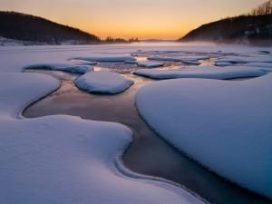 Capa de nieve y hielo sobre el agua