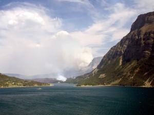 Denso humo en la orilla del río