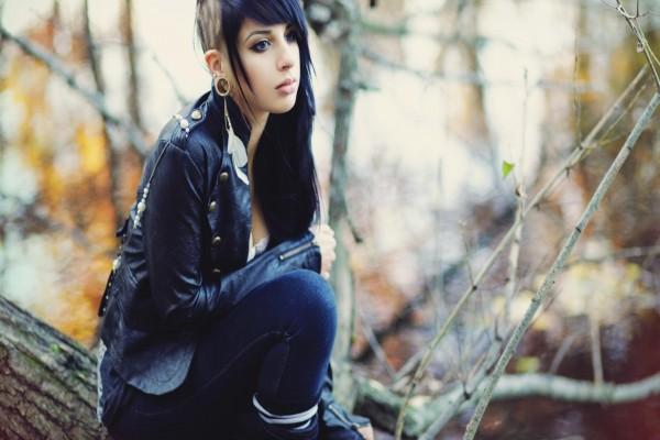 Chica con un modernos peinado y piercings