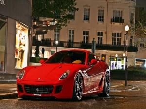 Ferrari rojo en una calle