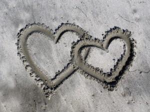 Postal: Dos corazones en la arena