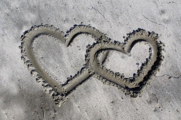Dos corazones en la arena