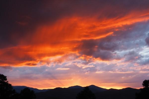 Hermoso cielo al amanecer sobre las montañas