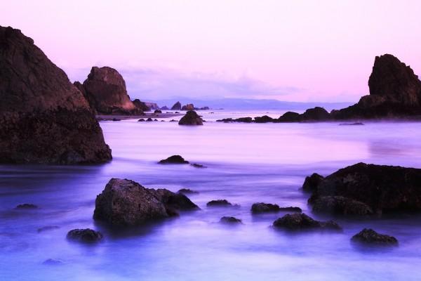 Rocas en aguas color lila