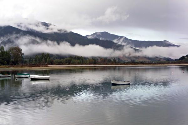 Barcas ancladas lejos de la orilla