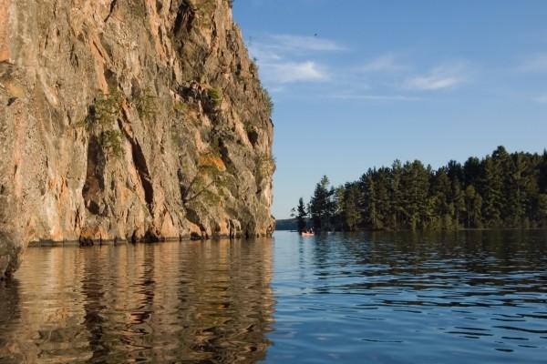Paseando en barca junto a una gran roca