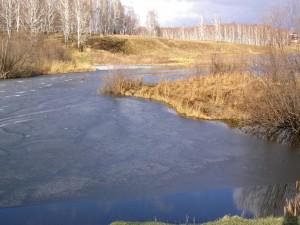 Capa de hielo en la superficie de un río