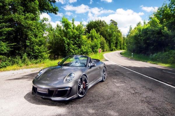 Porsche a un lado de la carretera