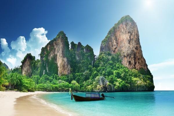 Barca junto a una hermosa playa