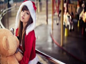 Chica modelo con un gran oso de peluche