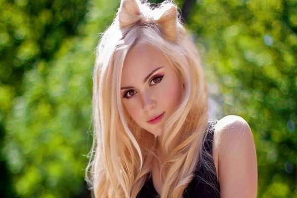 Chica rubia con un original peinado