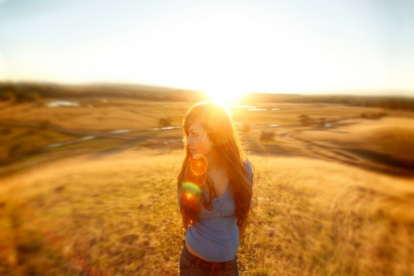 Chica caminando por un campo