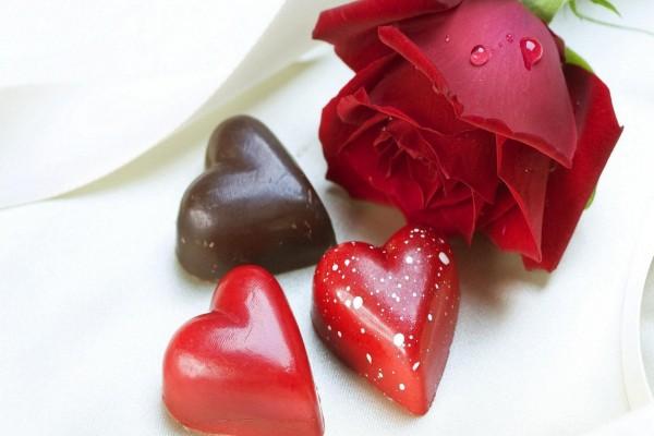Corazones junto a una rosa para el Día de San Valentín