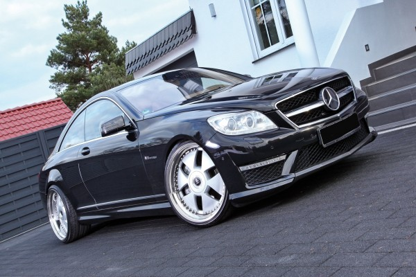 Mercedes aparcado en la puerta de una casa