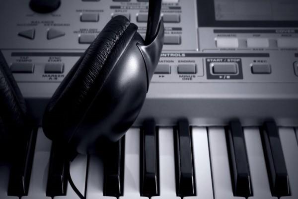 Auriculares y teclado