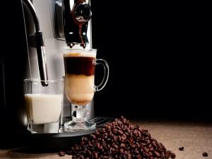 Maquina preparando un delicioso café