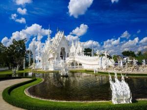 Postal: El hermoso templo Wat Rong Khun (Tailandia)