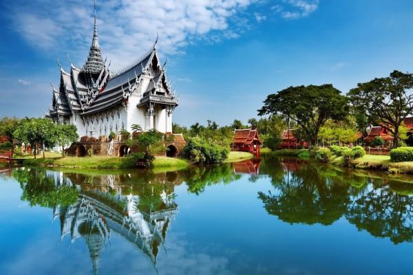 Un bonito templo tailandés reflejado en el agua