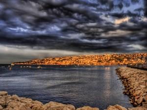 Vista de una gran población junto al mar
