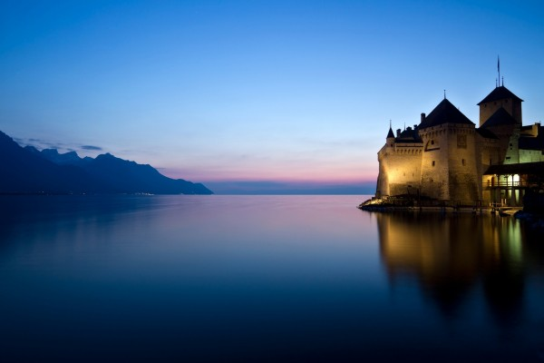 Un castillo junto al agua visto al amanecer
