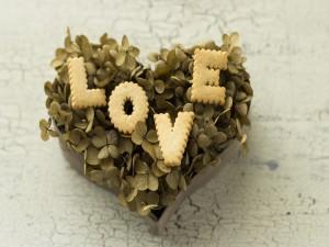 Galletas de amor sobre un corazón