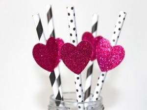 Postal: Pajitas con corazones fucsias para una fiesta de San Valentín