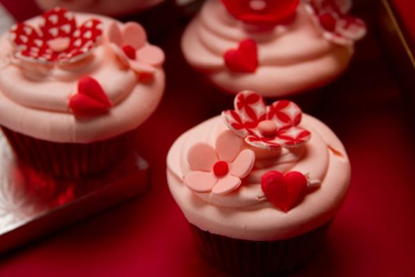 Cupcakes decorados con flores y corazones