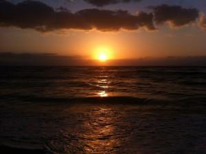 Últimos rayos de sol sobre el mar
