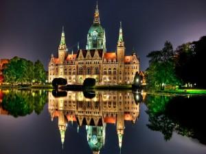 Edificio iluminado reflejado en el lago