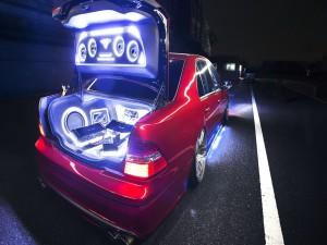 Equipo de música en el maletero de un coche