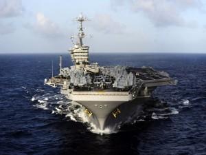 Postal: Un gran portaaviones navegando en el océano