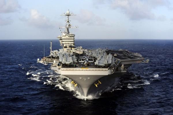 Un gran portaaviones navegando en el océano