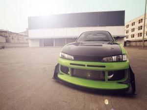 Un coche tuneado verde y negro