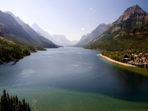 Un gran río entre montañas
