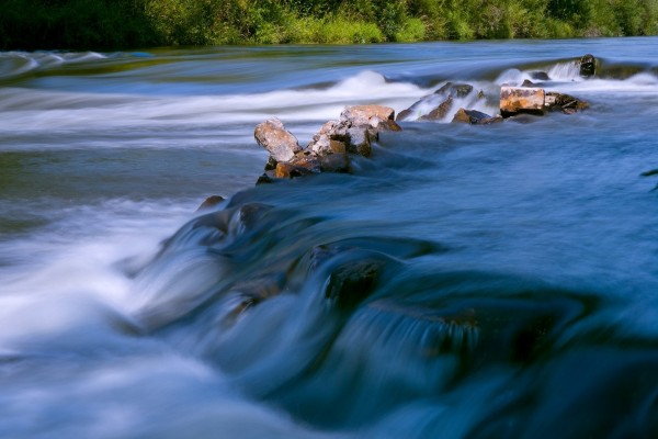 Piedras en el cauce de un río