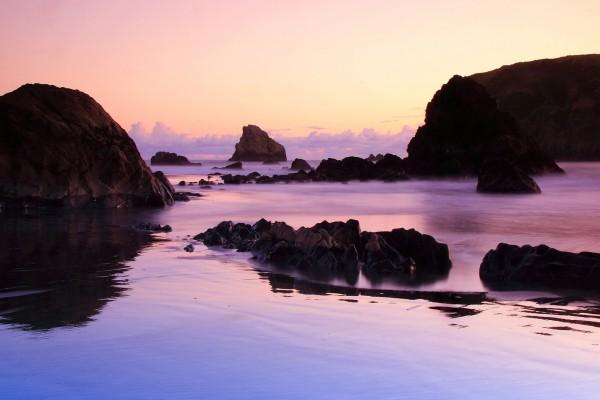 Hermoso paisaje rocoso en el mar