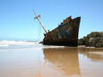 Barco oxidado varado en una playa
