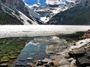 Hielo en el lago y las montañas