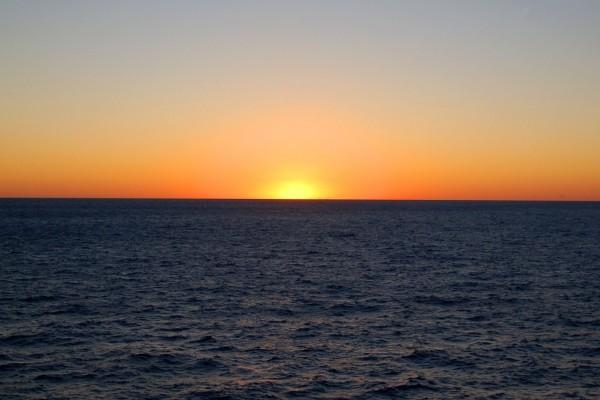 Bello amanecer en el océano