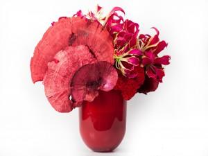 Postal: Un jarrón con flores rojas