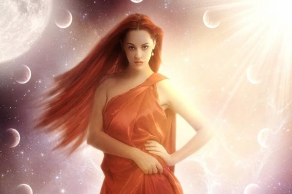 Mujer rodeada de pequeñas lunas