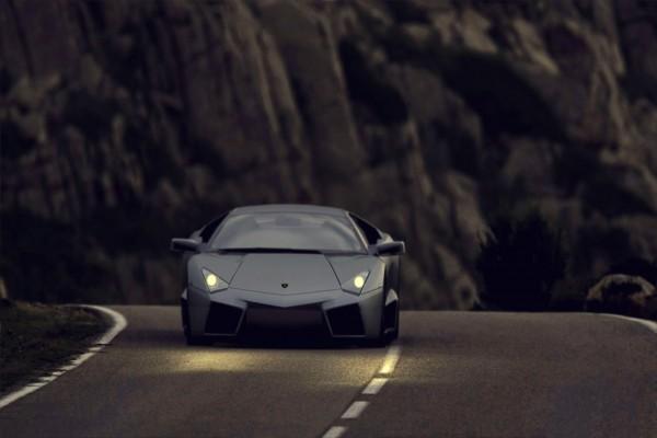 Lamborghini circulando por una carretera al anochecer