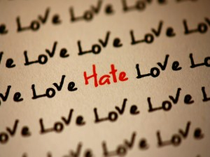 Postal: La palabra amor escrita en tinta negra