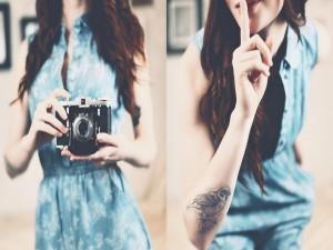 Chica con una cámara de fotos y un bonito tatuaje