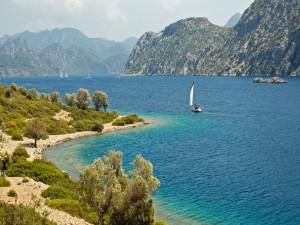 Barcos navegando en un bello lugar