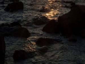 Piedras en el agua vistas al atardecer
